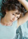 Het aantrekkelijke vrouw liggen Stock Foto's