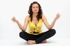 Het aantrekkelijke vrouw mediteren binnen stelt van lotusbloem stock afbeelding