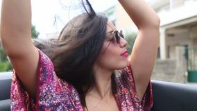 Het aantrekkelijke vrouw stellen bij de achterbank van convertibel stock video