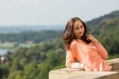 Het aantrekkelijke vrouw stellen voor de fotograaf in openlucht Royalty-vrije Stock Fotografie