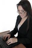 Het aantrekkelijke vrouw typen op laptop stock afbeeldingen