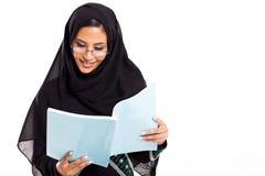 Arabische studentenlezing royalty-vrije stock foto's