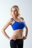 Het aantrekkelijke vrouwelijke atleet stellen in studio Royalty-vrije Stock Foto's