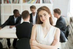 Het aantrekkelijke vrouwelijke leider stellen voor collega's royalty-vrije stock afbeeldingen