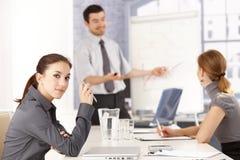 Het aantrekkelijke vrouwelijke luisteren aan presentatie royalty-vrije stock foto