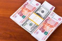 Het aantrekken van rijkdom: de stapels van contant geld in verschillende munten zijn op de lijst Royalty-vrije Stock Afbeeldingen