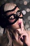 Het aantrekkingskrachtmeisje in een masker stock fotografie