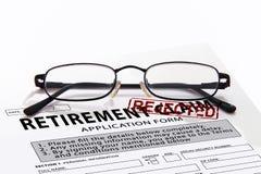 Het aanvraagformulier van de pensioneringseis met verworpen rood rstamp Stock Afbeeldingen