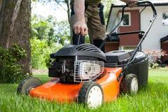 Het aanzetten van de grasmaaimachine Stock Fotografie