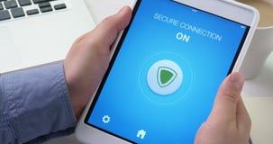 Het aanzetten van veilige verbindingswijze op digitale tablet voor het veilige Internet-surfen stock footage