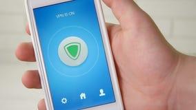 Het aanzetten van VPN op smartphone voor het veilige Internet-surfen stock videobeelden