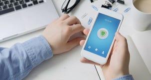 Het aanzetten van VPN op smartphone voor het veilige Internet-surfen stock video