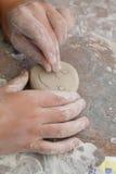 Het aardewerkkind maakt smiley stock fotografie