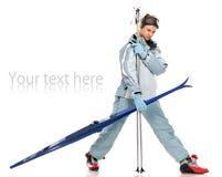 Het aardige meisje van de winter in grijs sportenkostuum en met skis Stock Afbeelding
