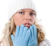 Het aardige meisje van de winter in witte hoed en blauwe handschoenen Stock Foto's