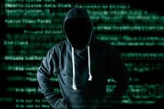 Het abstracte beeld van de hakker die en het binaire codebeeld zijn achtergrond bevinden zich het concept cyberaanval, virus, mal stock foto's