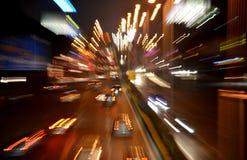 Het abstracte beeld van het verkeerslichtenonduidelijke beeld bij nacht. Stock Foto's