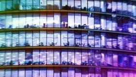 Het abstracte bureau bulding met mensen het werken Stock Afbeelding