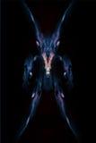 Het abstracte demon die schepsel op zwarte achtergrond, ontwierp van nevel, sterren en lichten kijken Stock Foto's
