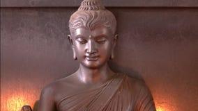 Het abstracte dichte omhooggaande standbeeld van Boedha met kaars lichte achtergrond stock videobeelden