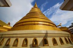 het abstracte dwarsl goud van Thailand Bangkok in de wind van het tempeldak Stock Foto