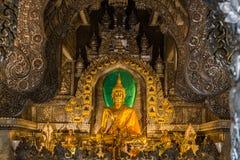Het abstracte gouden standbeeld van Boedha met zilveren metaalkader in tempel Stock Foto's