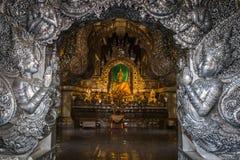 Het abstracte gouden standbeeld van Boedha met zilveren metaalkader in tempel Stock Afbeeldingen