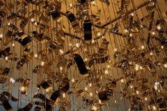 Het abstracte hangen op het plafond en het slingeren van willekeurig verdeelde metaalvormen, lijnen met neonlichten Conceptenzake Royalty-vrije Stock Fotografie