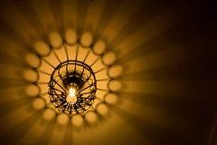 Het abstracte licht en de schaduw komen uit lightbulb en lantaarn Stock Afbeelding