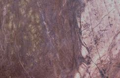 Het abstracte marmeren patroon van de close-upoppervlakte bij de donkere bruine marmeren de textuurachtergrond van de steenmuur Royalty-vrije Stock Afbeeldingen