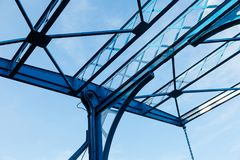 Het abstracte metaal structureert het moderne architecturale de bouw blauwe lichte concept van de hemelbrug royalty-vrije stock fotografie