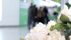 Het abstracte winkelcomplex van de onduidelijk beeld mooie moderne luxe en verkoopt opslagbinnenland voor achtergrond in het klei stock videobeelden