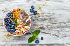Het Acaiontbijt superfoods smoothies werpt bedekt met chia, vlas en pompoenzaden, bijenstuifmeel, granola, kokosnoot en bosbessen Stock Foto