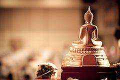 Het achterdiestandbeeld van Boedha op de altaarlijst wordt geplaatst in zaalruimte Stock Foto's