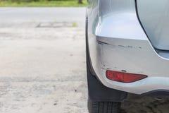 Het achtereind van zilveren SUV-auto wordt gekrast, per toeval beschadigd stock afbeelding