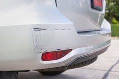 Het achtereind van zilveren SUV-auto wordt gekrast, per toeval beschadigd stock foto
