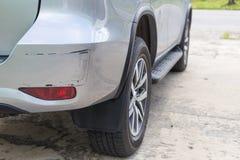 Het achtereind van zilveren SUV-auto wordt gekrast, per toeval beschadigd royalty-vrije stock fotografie