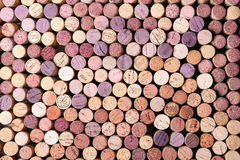 Het achtergrond patroon van wijnflessen kurkt Stock Fotografie