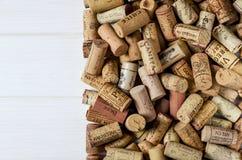 Het achtergrondpatroon van verschillende wijnfles kurkt, wijnmakerijtextuur, voedselconcept en hoogste mening stock afbeelding