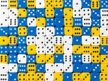 Het achtergrondpatroon van willekeurige bevolen wit, blauw en geel dobbelt stock afbeeldingen