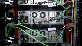 Het achterpaneel van krachtige servers installeerde in het rek van de serverruimte van het gegevenscentrum stock video
