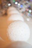 Het achteruitgaan in de afstandsrij van decoratieve sneeuwballen en beaut Royalty-vrije Stock Foto's