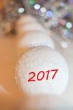 Het achteruitgaan in de afstandsrij van decoratieve sneeuwballen en lette Royalty-vrije Stock Fotografie