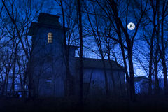 Het achtervolgde Herenhuis met Volle maan is Grote Halloween-Achtergrond Royalty-vrije Stock Foto