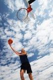 Het actieve hogere mens basketbal spelen Royalty-vrije Stock Afbeeldingen