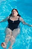 Het actieve hogere vrouw zwemmen Stock Fotografie