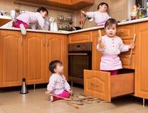 Het actieve kind spelen in de keuken Stock Foto's