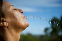 Het actieve verfrissen van de Vrouw zich met water Royalty-vrije Stock Foto's