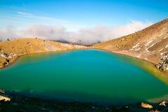 Het adembenemende turkooise Smaragdgroene blauwe meer van het meer dichte omhooggaande, unieke vulkanische terrein in hoge omvang stock foto