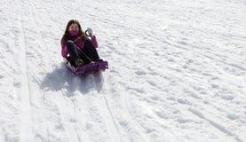 Het adolescentiemeisje sledding Stock Foto's